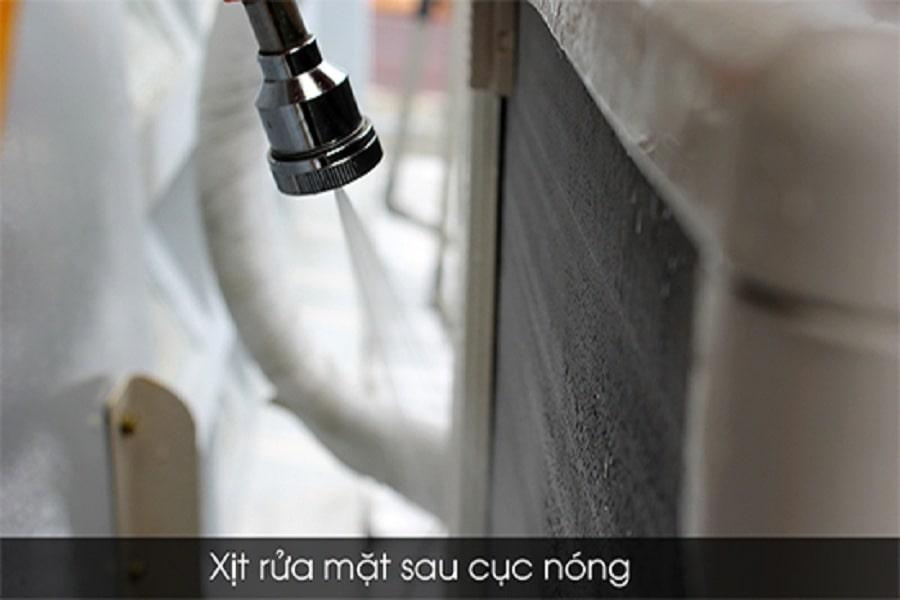 dùng vòi xịt vệ sinh cục nóng máy lạnh
