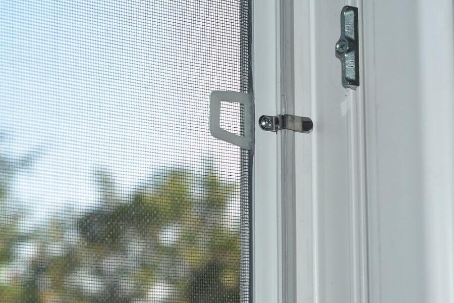 Ngăn chặn con thiêu thân vào nhà bằng lưới chống muỗi