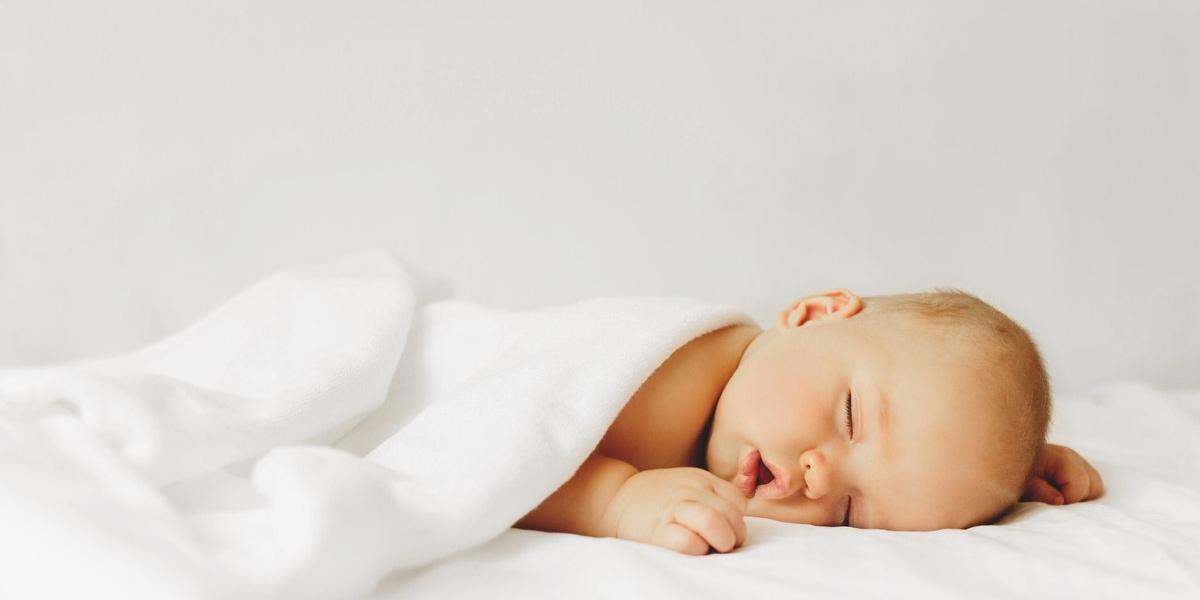 trẻ sơ sinh đang ngủ