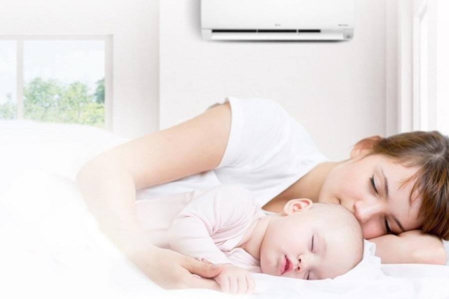trẻ sơ sinh ngủ với mẹ