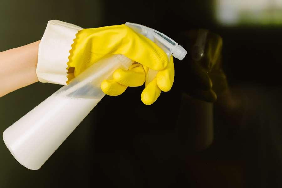 Sai lầm khi phun chất tẩy rửa trực tiếp vào màn hình tivi