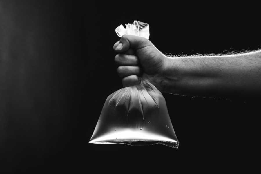Khử mùi hôi cống bằng túi nilon đựng nước