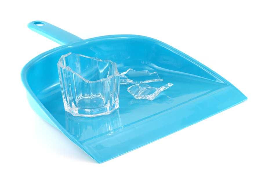 Sử dụng băng dính và hốt rác để dọn mảnh vỡ thủy tinh