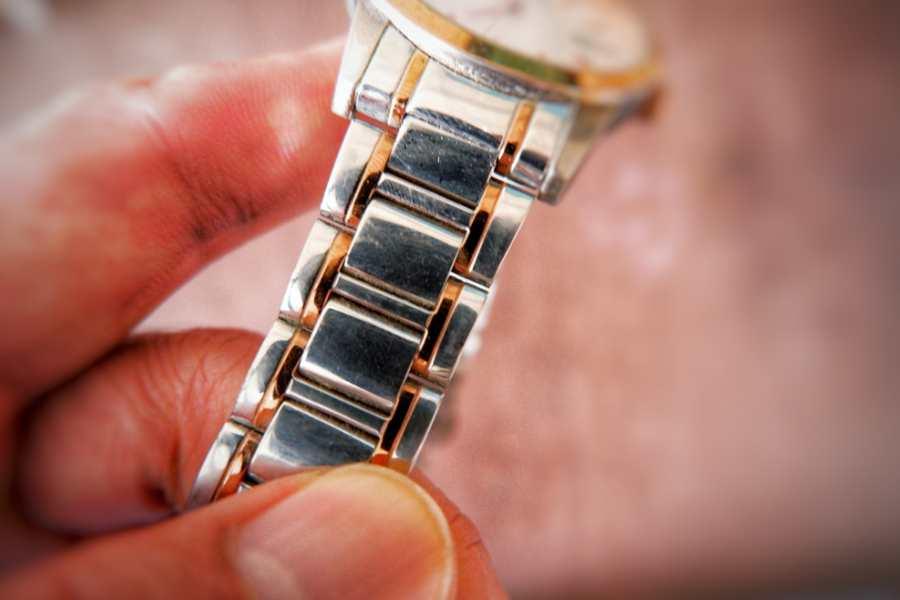 Vệ sinh dây kim loại đồng hồ đeo tay