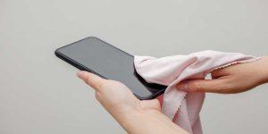 Cách vệ sinh màn hình điện thoại đơn giản