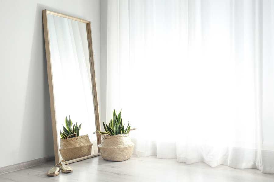 Đặt gương gần cửa sổ