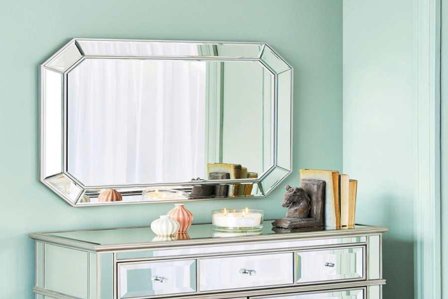 không nên đặt gương đối diện giường ngủ