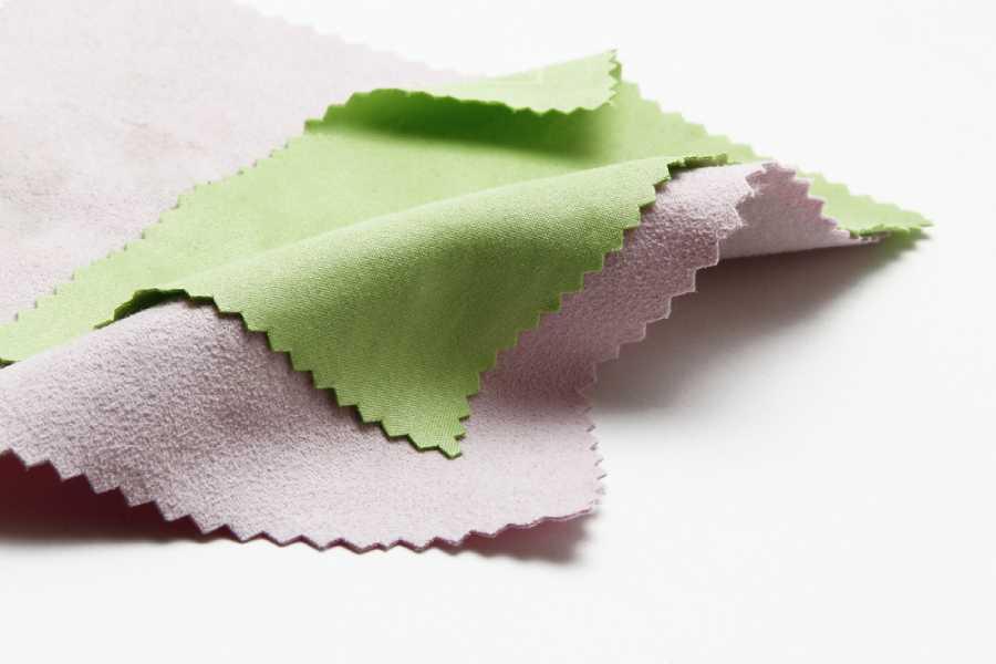Sử dụng vải mềm microfiber để vệ sinh màn hình điện thoại