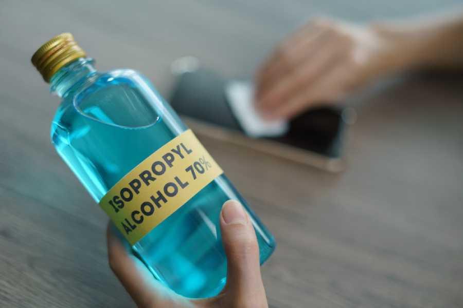 Vệ sinh màn hình điện thoại bằng cồn isopropyl