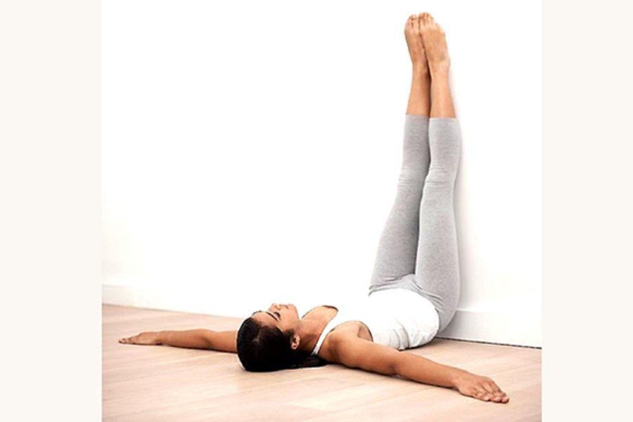 Bài tập thể dục thoái hóa cột sống tư thế dựa chân vào tường