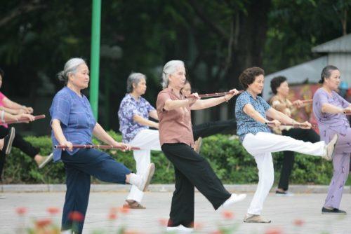 Người già nên được khuyến khích và hỗ trợ tập thể dục thể thao thường xuyên