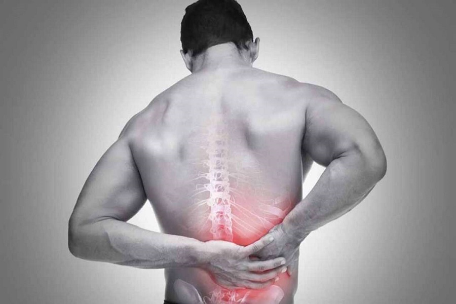 Các triệu chứng đau lưng thường xảy ra đột ngột, âm ỉ, kéo dài
