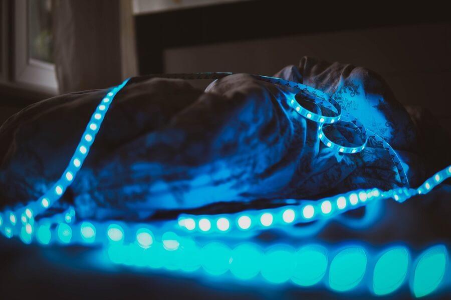 Trang trí phòng ngủ bằng đèn led màu xanh sẽ ảnh hưởng đến giấc ngủ