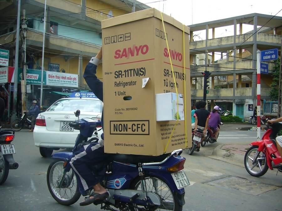 Di chuyển tủ lạnh bằng xe máy