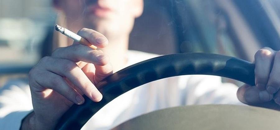 Hút thuốc trên xe ô tô là nguyên nhân gây mùi hôi