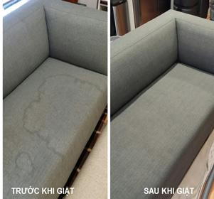 Ghế sofa bị loang lổ vết bẩn và sau khi được vệ sinh sạch sẽ