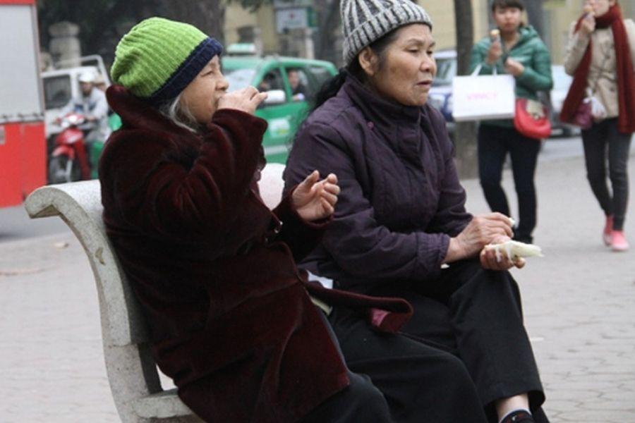 người già giữ ấm cơ thể vào màu đông bằng quần áo
