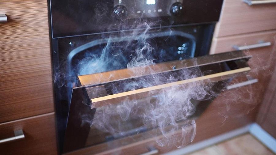 Thức ăn bị cháy khét là nguyên nhân gây ra mùi khét trong nhà