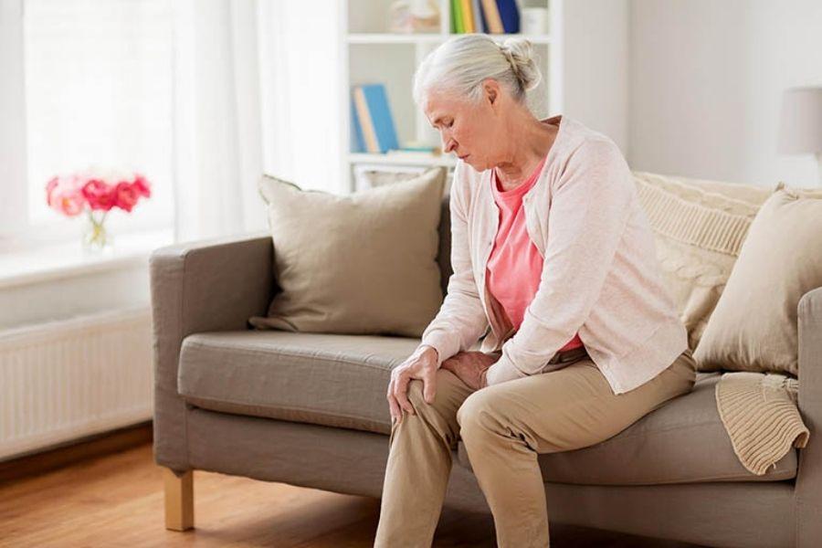 đau nhức chân ở người già và cách xoa bóp chân hiệu quả