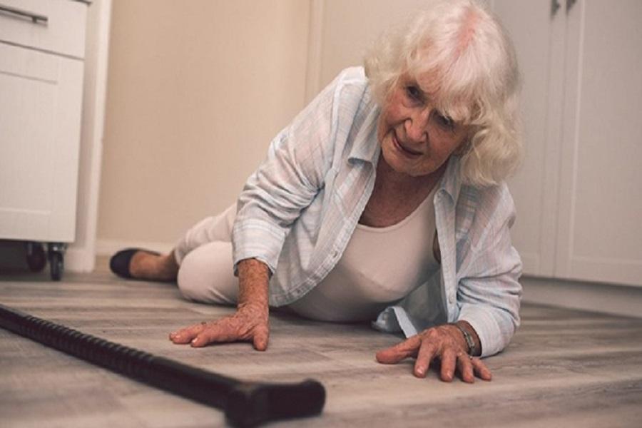 Khi bị ngã người cao tuổi dễ gặp các chấn thương gây ảnh hưởng đến tinh thần và thể chất.
