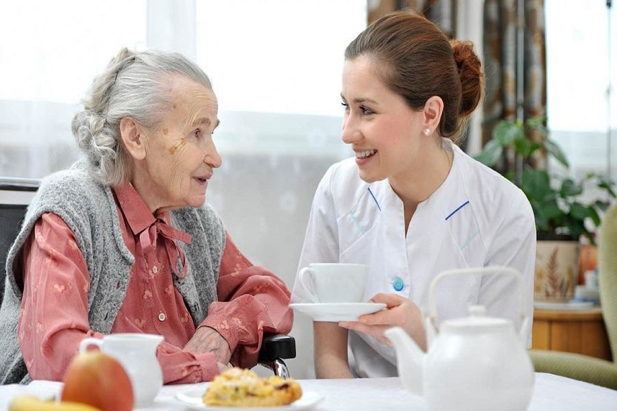 Hằng ngày được quan tâm, trò chuyện sẽ giúp tâm lý người cao tuổi được giải tỏa, thoái mái