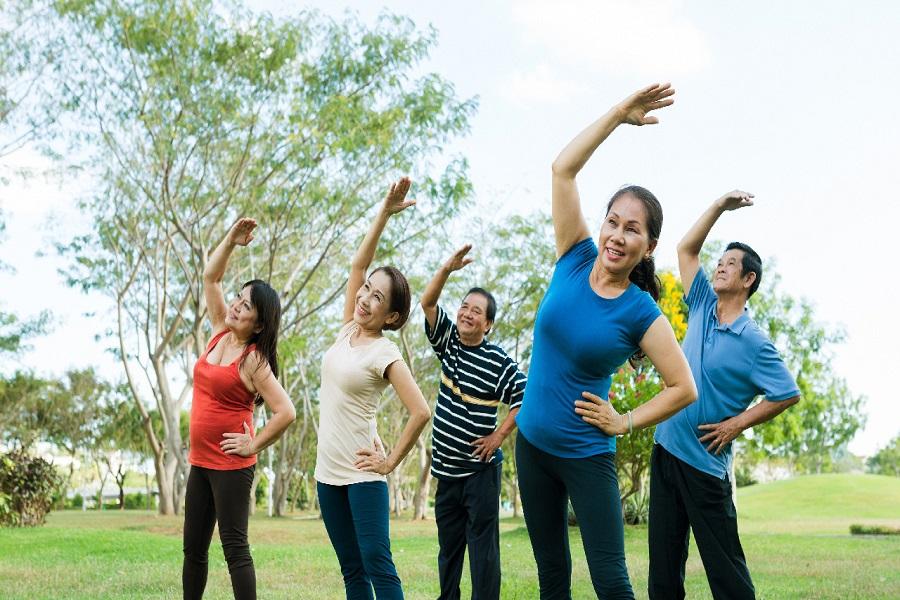 Tập thể dục, vận động nhẹ đều đặn mỗi ngày giúp người già giảm đau lưng hiệu quả
