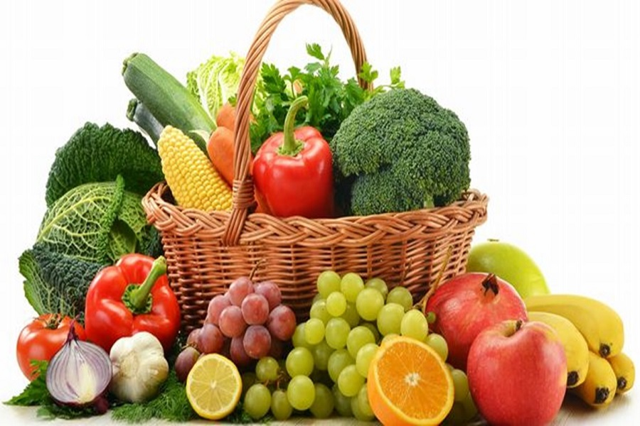 Món ăn cho người già có các loại rau quả tươi cung cấp các chất dinh dưỡng cần thiết cho sức khỏe.