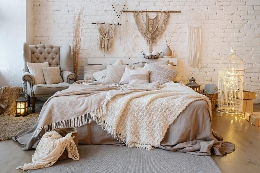 Trang trí phòng ngủ bằng đèn led kết hợp với đèn cổ điển và lồng chim