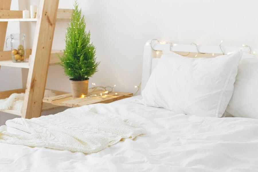 Trang trí phòng ngủ bằng đèn led quấn trên đầu giường.