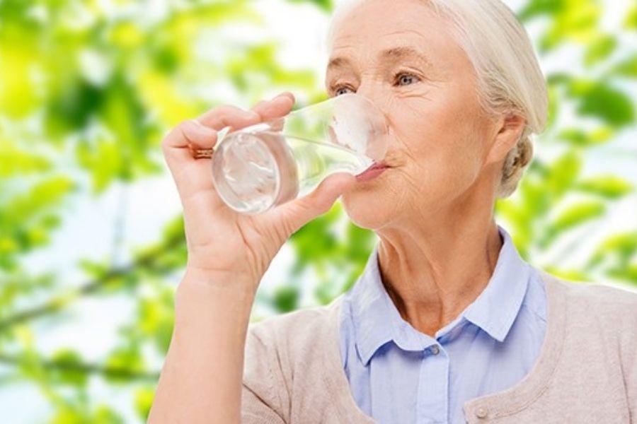 người gia uống đủ nước vào mua đông