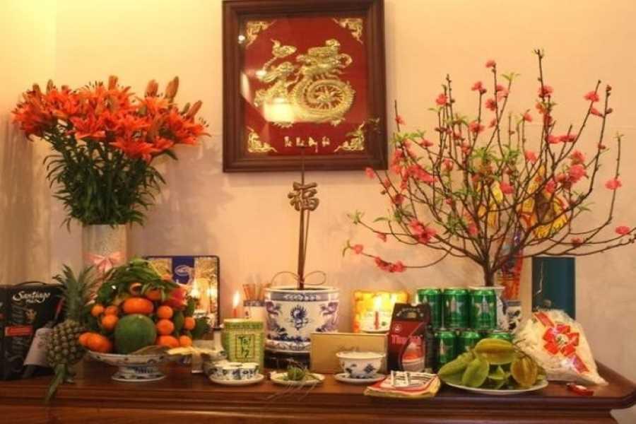 Dâng đầy đủ lễ vật lên bàn thờ
