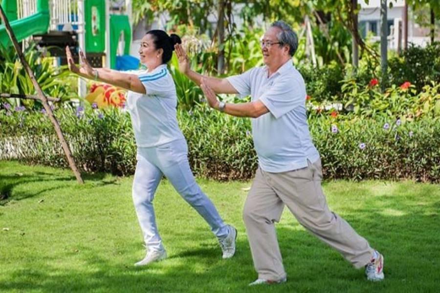 Bác trai và bác gái đang tập thể dục