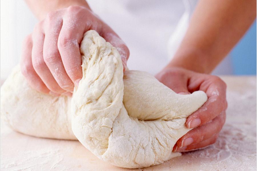 Trộn và nhào bột bánh mì bằng tay không.