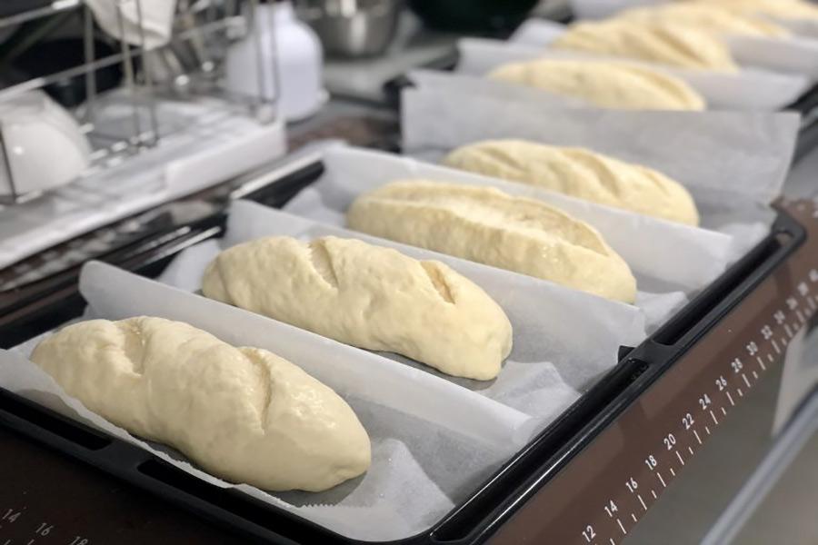 Khay bánh mì sau khi tạo hình xong chuẩn bị được đưa vào lò nướng