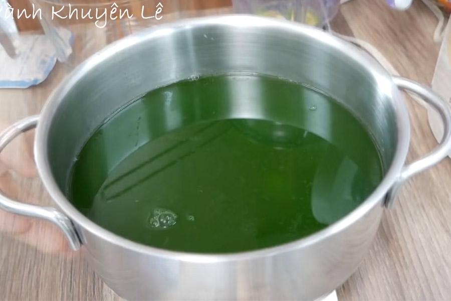 Cho bột rau cau vào nước lá dứa