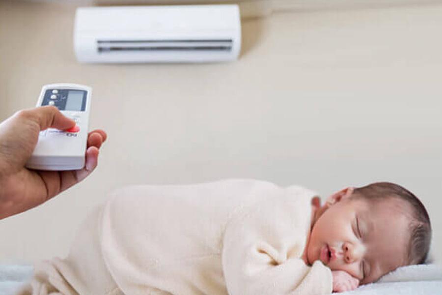 Cho trẻ em mặt đồ thoải mái và tạo môi trường sống thoáng mát mẽ cho trẻ bị sốt