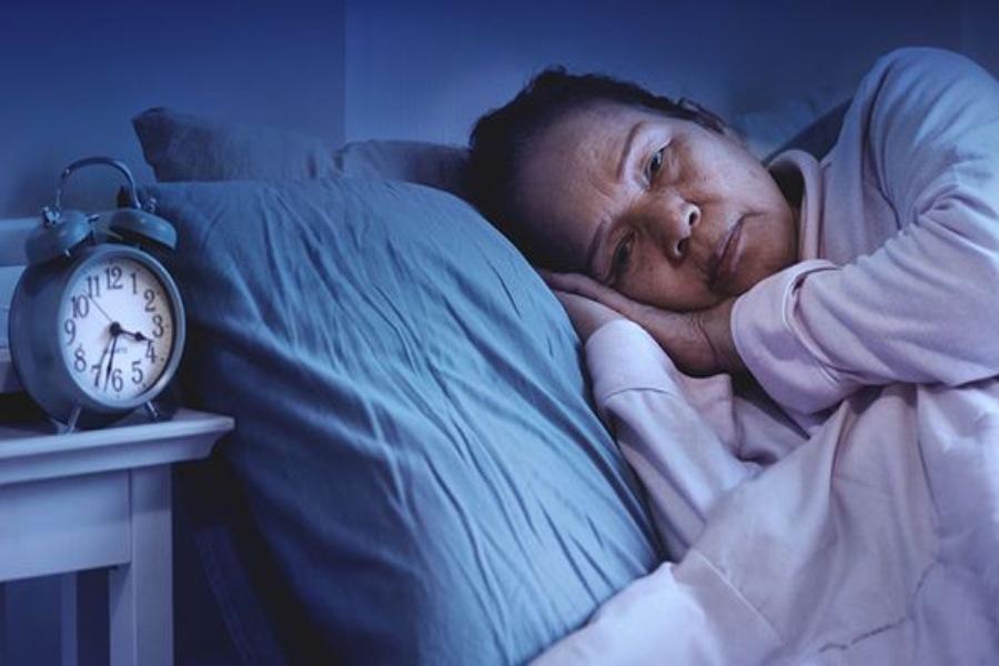 Người già trằn trọc vì mất ngủ