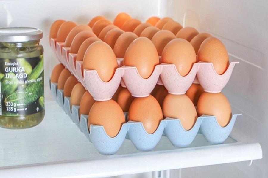 Trứng gà được xếp ngay ngắn vào khay trong tủ lạnh