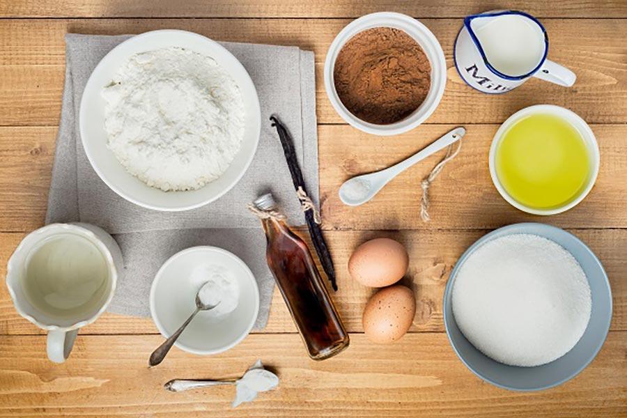 Nguyên liệu làm bánh waffle: trứng gà, bơ đun chảy, bột mì, bột năng, vani, dầu ăn