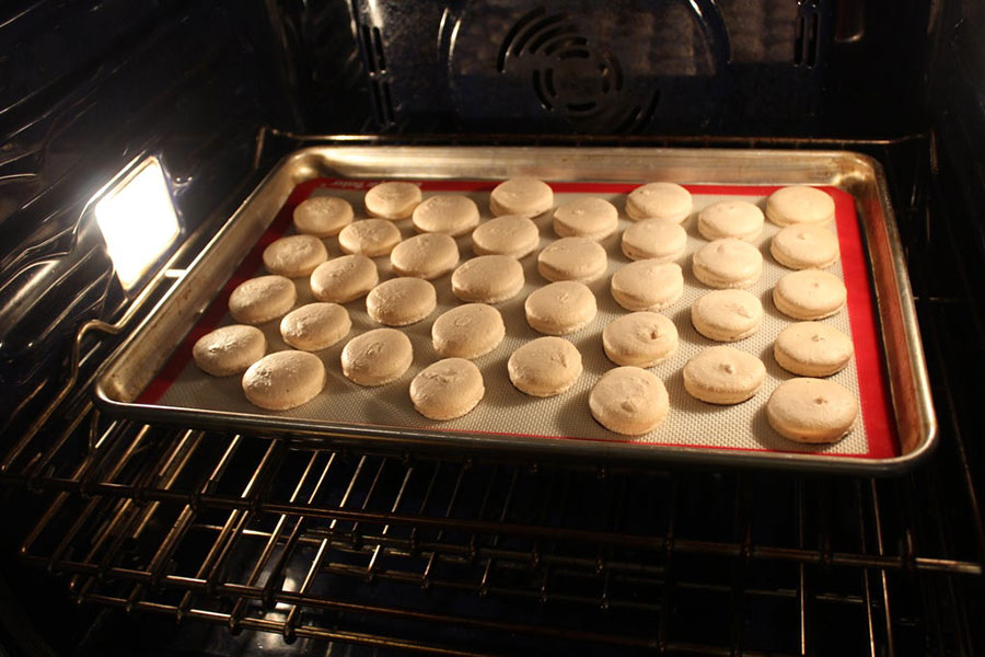 Nướng bánh quy bằng lò nướng trong khoảng 13-15 phút