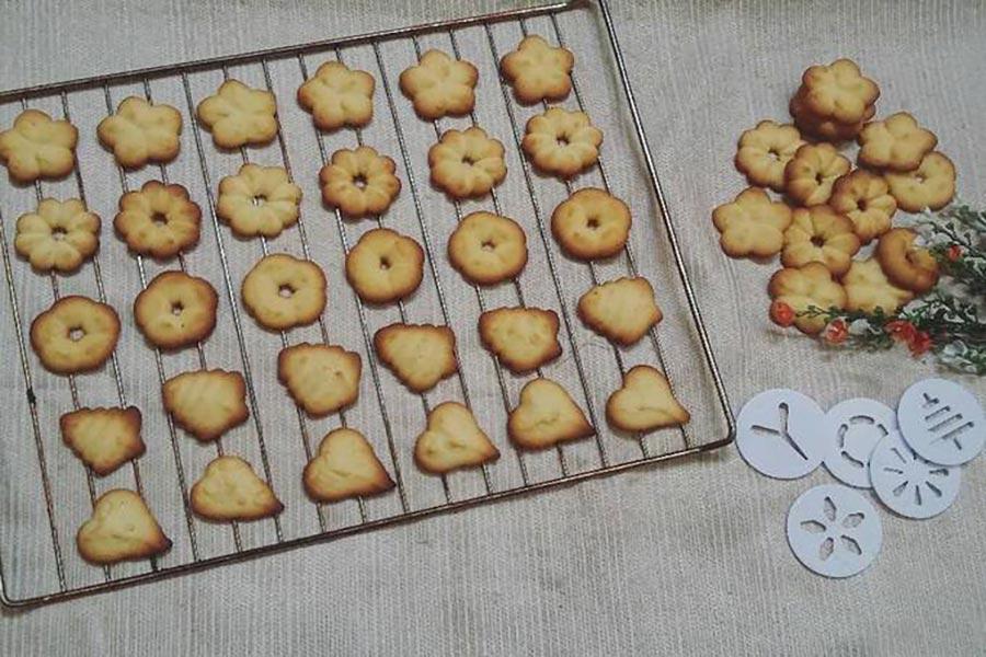 Tạo hình cho bánh quy bằng các khuôn hình khác nhau