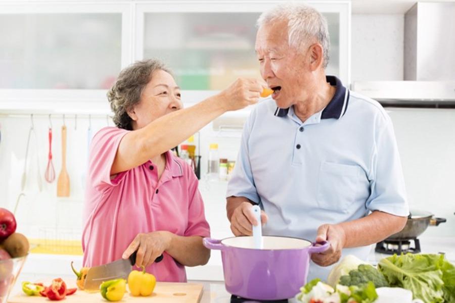 Táo bón ở người cao tuổi có thể phòng tránh nhờ vào chế độ dinh dưỡng hợp lý