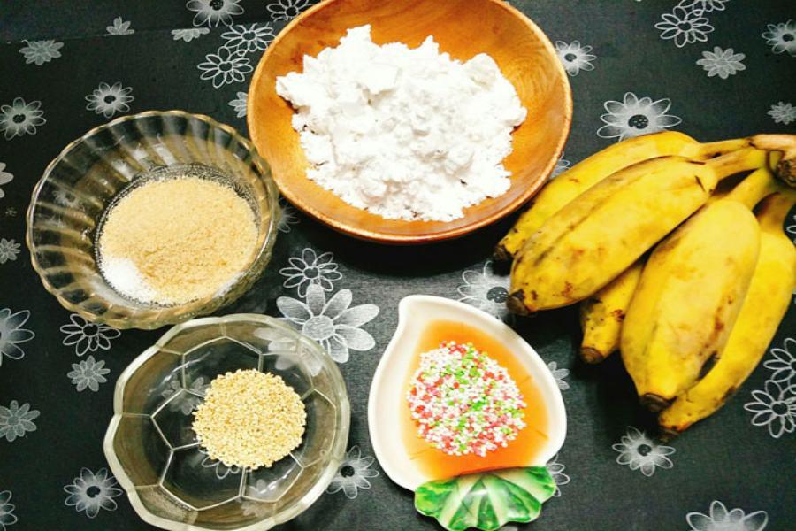 Chuối sứ, bột năng, đường, mè rang, bột gạo, vani,.. là nguyên liệu thiết yếu để làm bánh chuối hấp