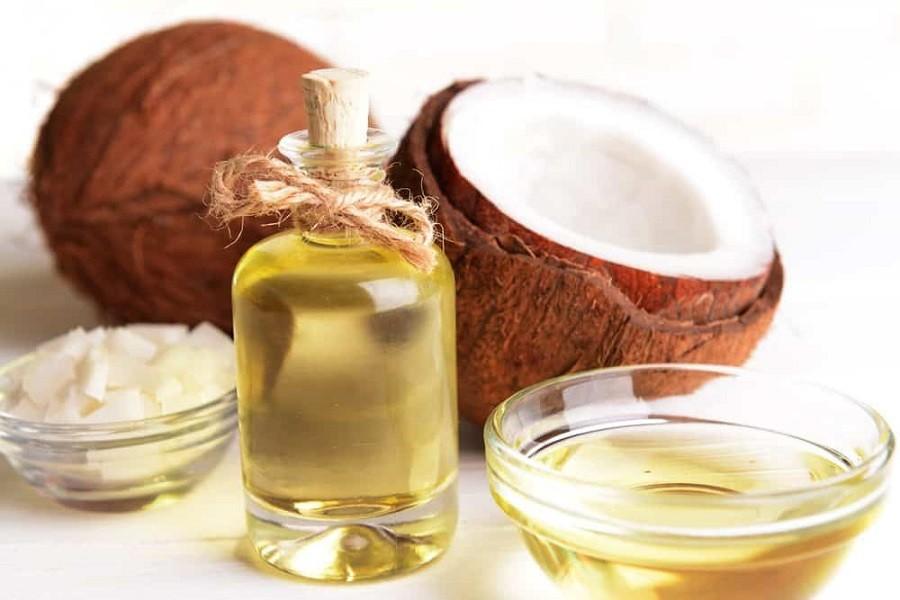 Chai dầu dừa nguyên chất có màu vàng nhạt tự nhiên