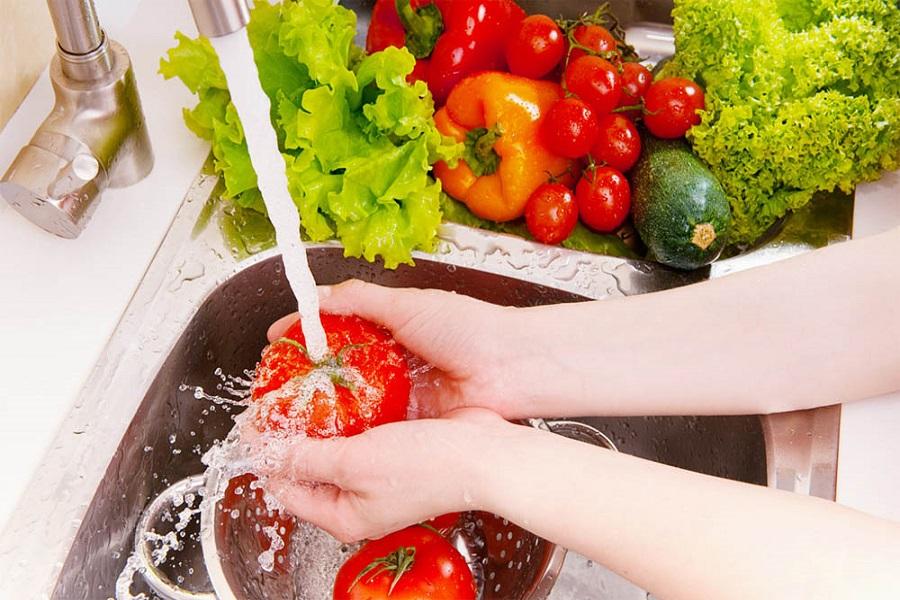 rau củ quả sau khi rửa cần để ráo nước để bảo quản không bị hư