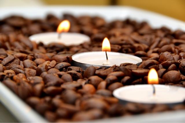 Sử dụng nến thơm và hạt cà phê để làm thơm phòng