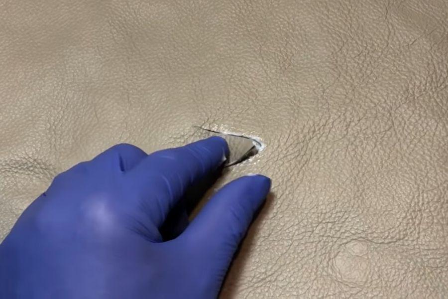 Sử dụng keo chuyên dụng cho sofa để dán vết rách