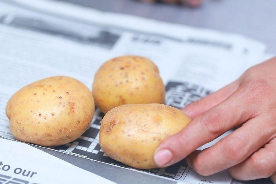 bảo quản khoai tây bằng giấy báo