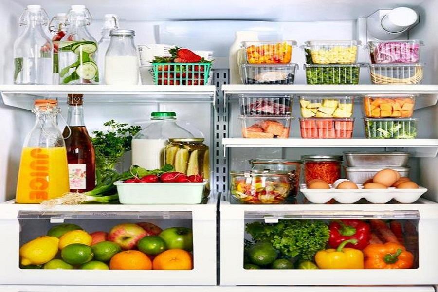 rau củ quả được cho vào hộp, túi riêng khi bảo quản trong tủ lạnh