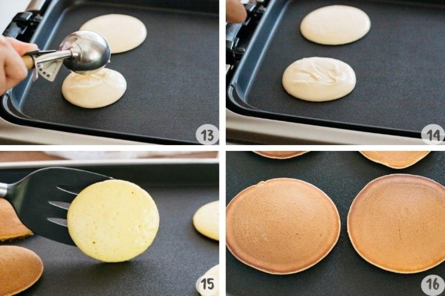 Dùng muôi sâu hay thìa múc canh múc bột đổ vào giữa lòng chảo. Đậy nắp kín và cho lửa thật nhỏ để bánh được chín đều. Sau 1-2 phút, khi mặt bánh nổi hạt li ti thì có thể lật bánh và làm tương tự cho mặt sau.